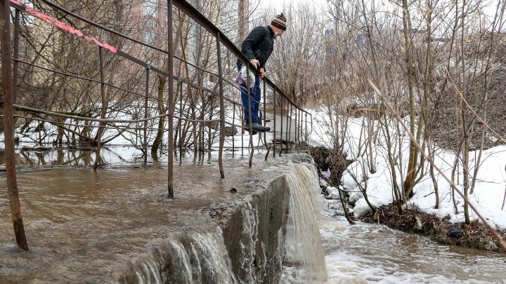 «Денег на решение нет». Нижегородцы перелезают по поручням через затопленный мост в центре города