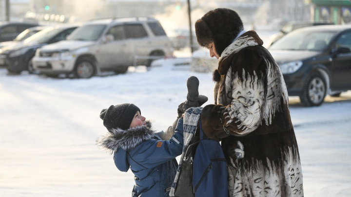 Екатеринбургские родители в чатах разругались из-за того, надо ли вести детей в школу в мороз