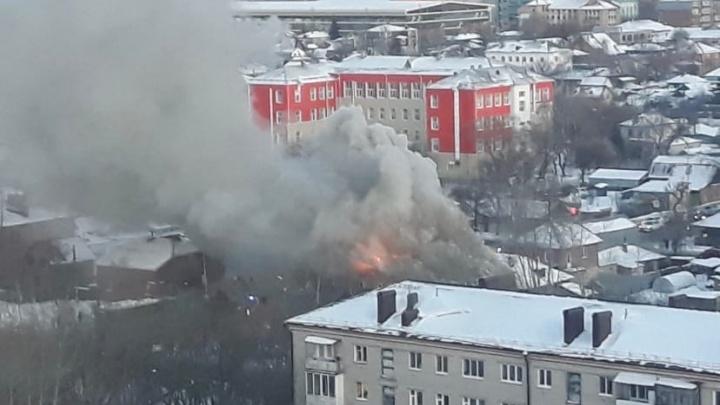 На Доме Обороны в Тюмени был крупный пожар. Горел двухэтажный дом