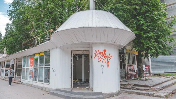 В центре Перми у Строительного колледжа начали разбирать торговые павильоны