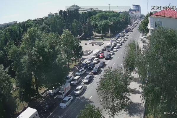 Пока власти закрывают движение, водители с пассажирами жалуются на пробки
