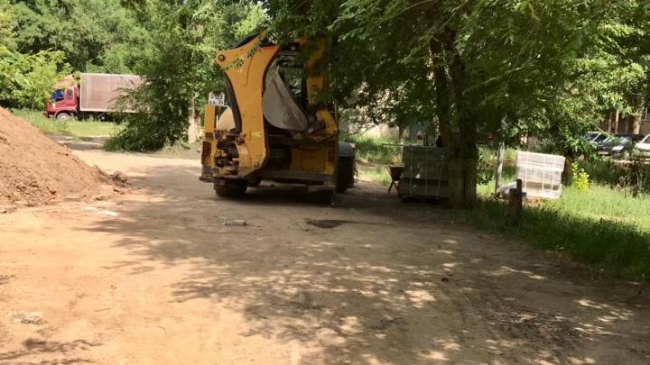 «Мы хотим гулять во дворе, не опасаясь за жизнь»: в Волгограде застройщик проложил дорогу через детскую площадку
