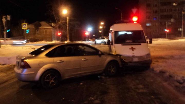 В Архангельске таксист не пропустил машину скорой. Пострадали пять человек и еще одно такси
