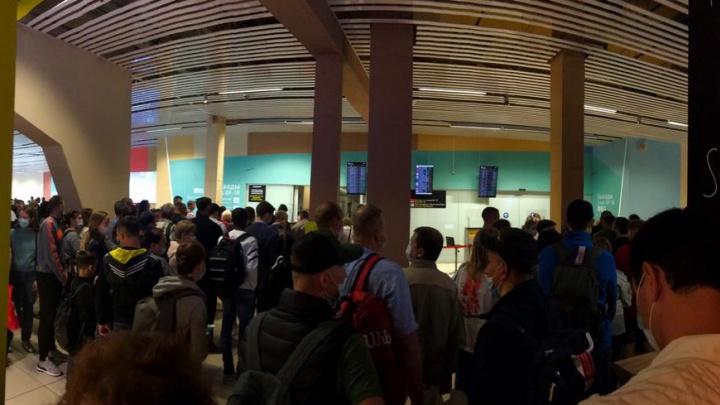 В аэропорту Кольцово объяснили причину огромных очередей перед зоной досмотра