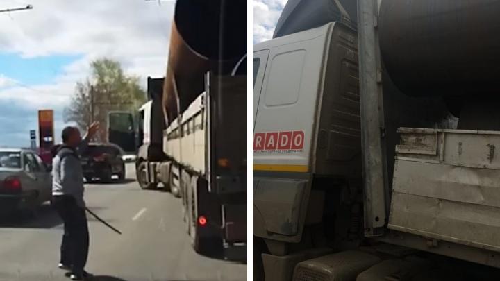 «Мне могло снести кабину». Дальнобойщик объяснил, зачем разбил монтировкой Volkswagen на Амундсена