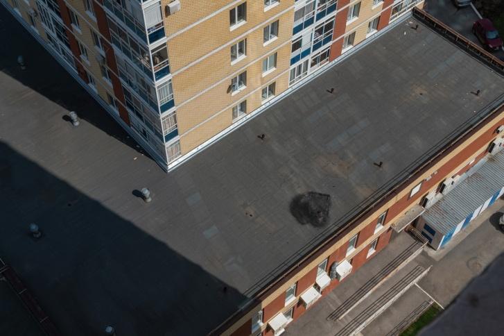 На крыше всё еще виден след от выброшенного матраса