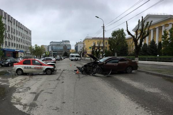 Пьяный водитель иномарки столкнулся с такси в центре Волгограда