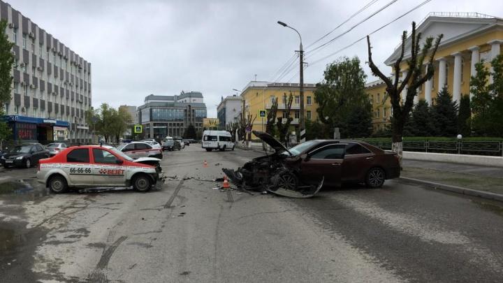 В центре Волгограда пьяный водитель выехал на встречку и врезался в такси