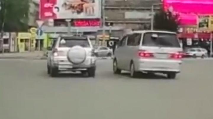 Чертовы кольца. Автоподстава на круге площади Маркса — праворулька таранит RAV4 справа