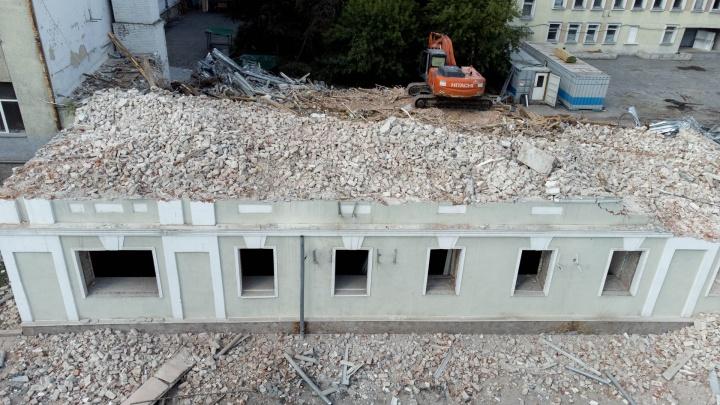 Останутся только щепки. Как сносят 168-летнее здание в Тюмени, которое не признали историческим