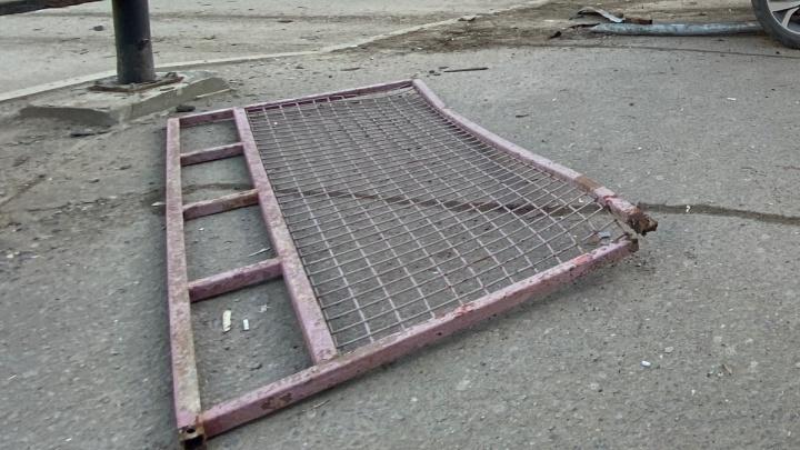 Не справился с управлением: под Волгоградом машина Росгвардии снесла забор и вылетела с дороги