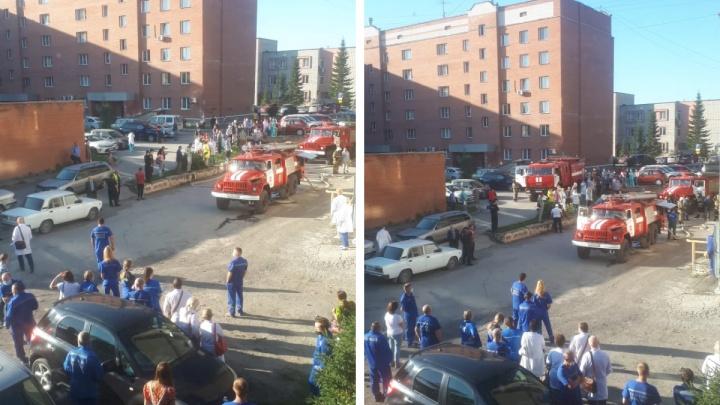 В Бердске в поликлинике произошел пожар — врачей и пациентов эвакуировали из здания