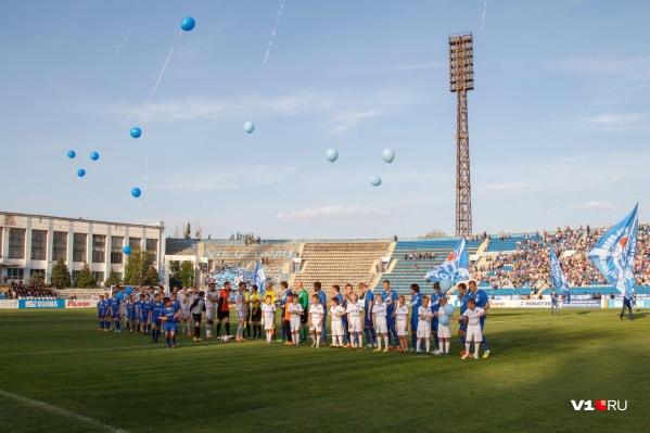 В знак прощания со стадионом в небо выпустили синие и голубые шары