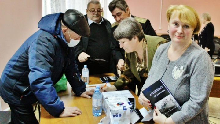 В Катунино ветеранам презентовали книгу «Архангельск: 100 дней войны»