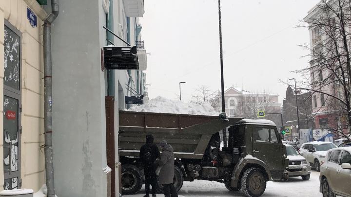 «Сплошное страдание»: красноярцы жалуются на не убранный с дорог снег