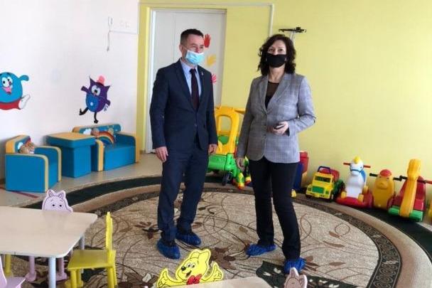 Власти Кузбасса осмотрели детский сад, где течет крыша. Его отремонтируют с наступлением тепла