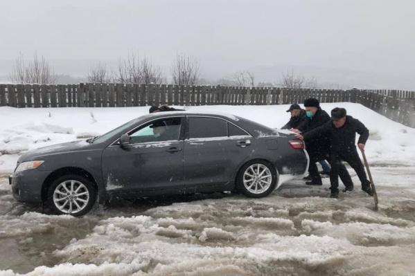 Машина застряла по пути из Зыково в Маганск