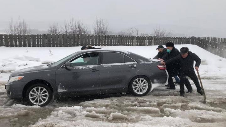 Пришлось толкать: депутат Госдумы застрял в снежной каше на дороге под Красноярском