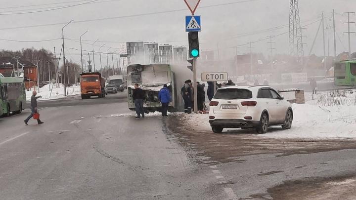 В Тюмени эпично сгорел автобус