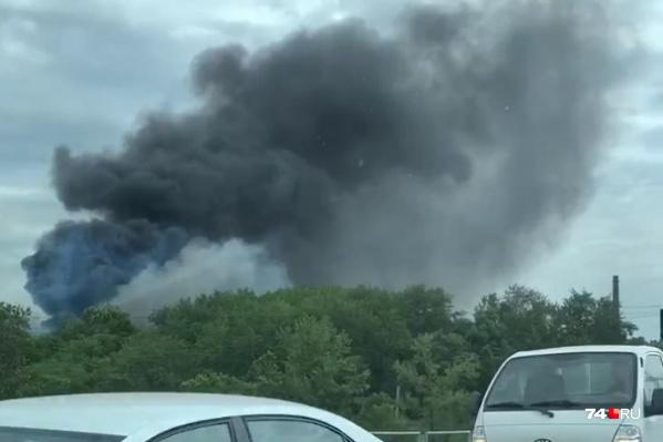 Огонь разгорелся в районе складов за фабрикой «Краснодеревщик»