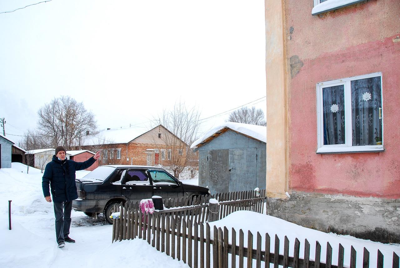 В обычной жизни Сергей — врач. Он показывает свой дом, стену которого утеплил, чтобы победить плесень