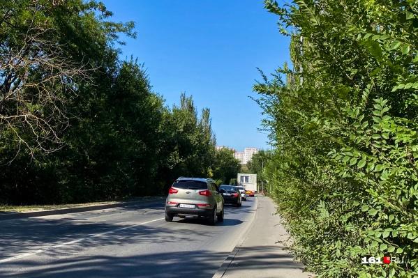 Сейчас по улице Вавилова продолжают везти новые комнаты для Суворовского