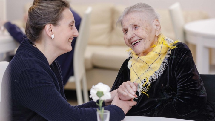 Ставят на ноги столетних бабушек после перелома шейки бедра: сеть «Опека» — о премиум-гериатрии в Челябинске