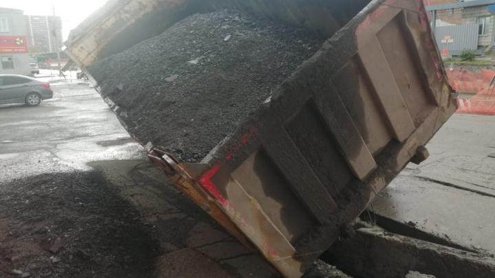 Самосвал с асфальтом застрял в провалившемся асфальте на улице Писарева в Новосибирске