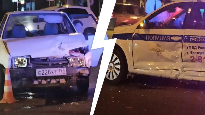 Водителя увезли на скорой: в Екатеринбурге «девятка» врезалась в машину ГИБДД