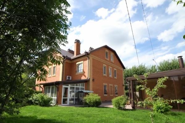 Дом построили в 2013 году. Владельцы оснастили его всем необходимым: от мебели на заказ до бытовой техники