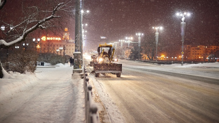 «Водителям запрещено обгонять дорожников»: как выглядит уборка снега за рубежом — интервью с экспертом