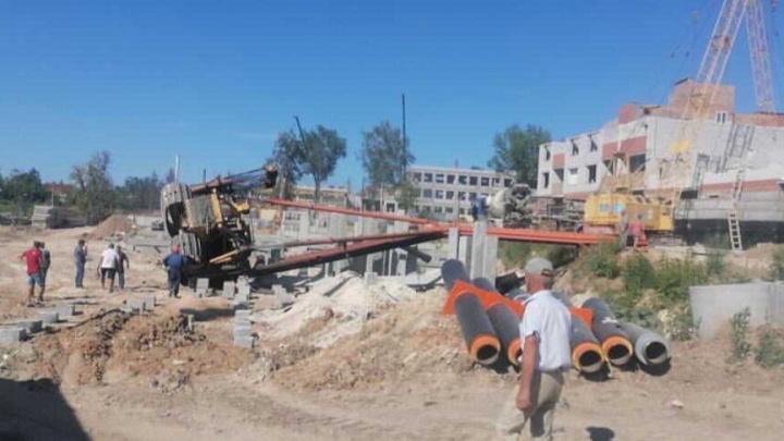 Во время строительства ЖК на берегу Волги упала сваебойная машина