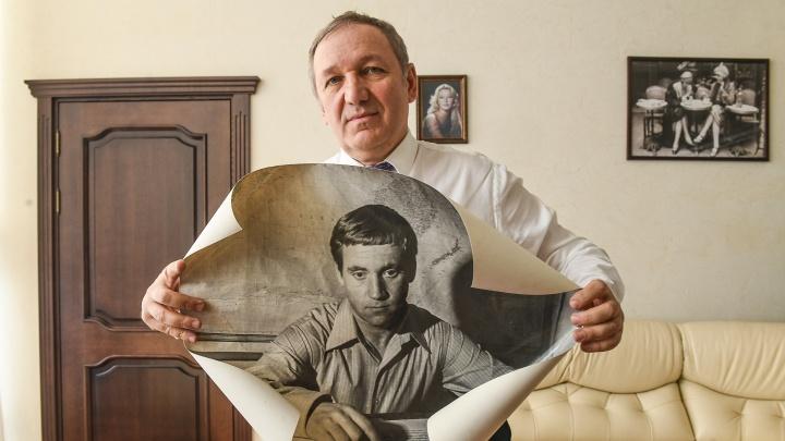 Высоцкий потерял права на три песни: в Екатеринбург привезли уникальные документы