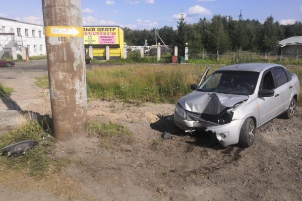 Водитель врезался в столб, пострадал его пассажир