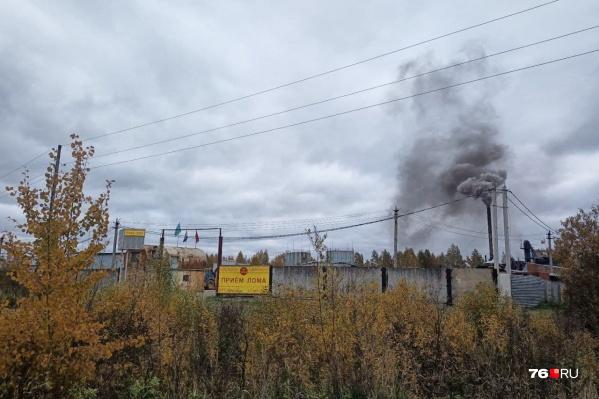 Клубы черного едкого дыма от завода ветер разносит по всей округе