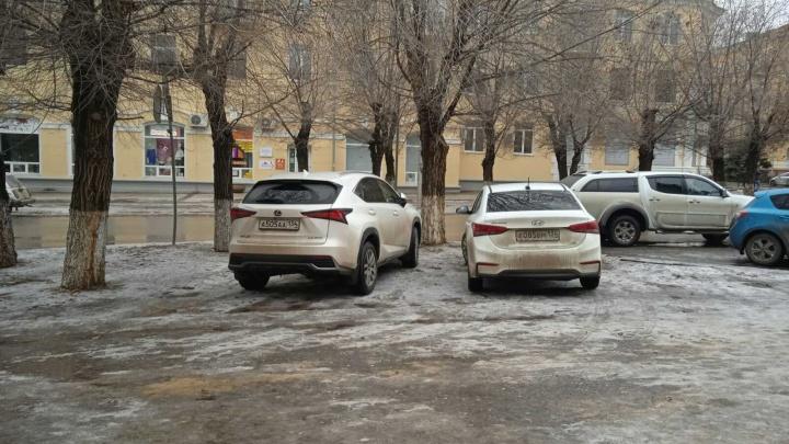 Мне так удобно, я привык: автохамы Волгограда игнорируют правила парковки даже на пустых улицах празднующего города