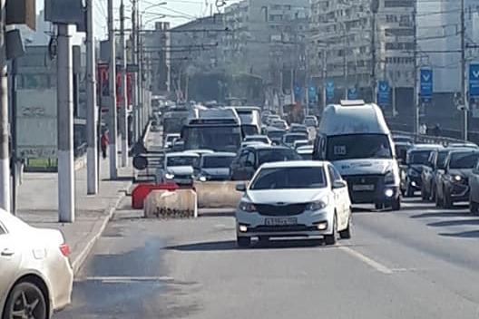 Они специально час пик выбирают? В Волгограде дорожники парализовали Астраханский мост