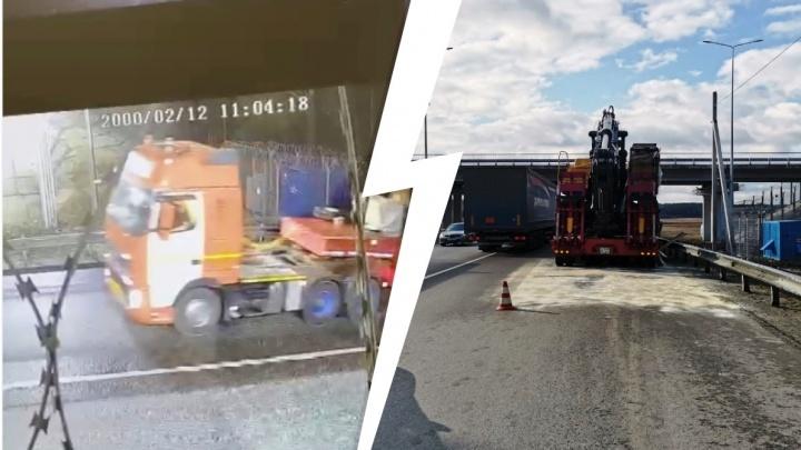 Повезло, что медленно ползла: момент столкновения фуры с мостом на ЕКАД попал на видео