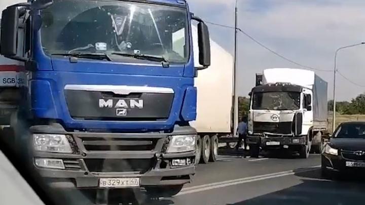 В Волгограде две фуры столкнулись на «проклятом» участке Третьей Продольной