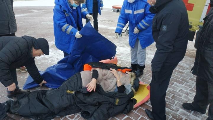 Нужна операция: в Ярославле женщина поскользнулась и упала, выйдя с детской елки