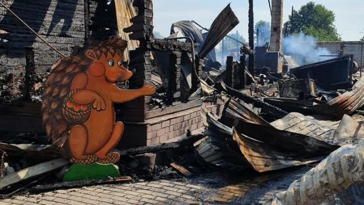 «Выбегали на улицу с детьми на руках»: в Ярославской области сгорел дом-музей многодетной семьи