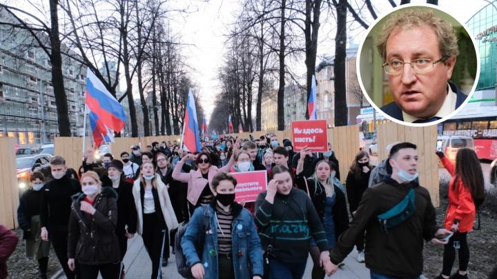 Омбудсмен раскритиковал Минобр Прикамья из-за акции в поддержку Навального. Чиновники ответили ему: «Бросать упреки легко»