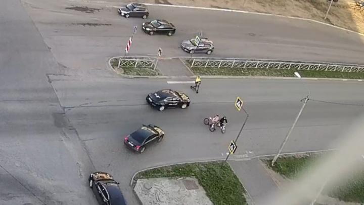 В Северодвинске мужчина на электросамокате попал под колеса автомобиля на «зебре»: кто виноват