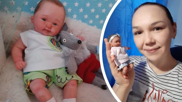 За пупса с кроваткой — 7 тысяч: екатеринбурженка научилась делать кукол по фотографиям детей