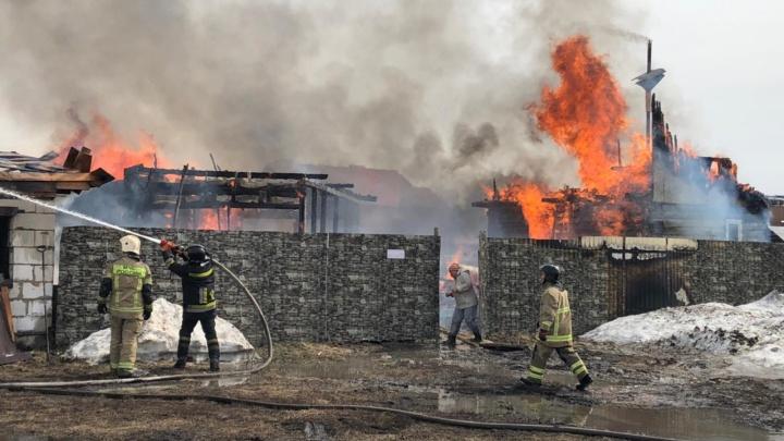 Под Кемерово загорелось несколько домов. Дым был виден из разных концов города