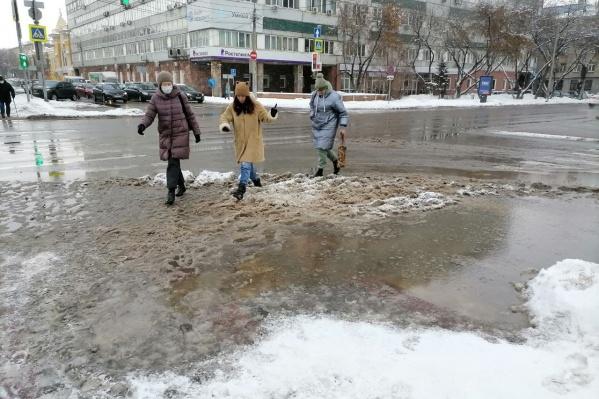 К обеду снег растаял и превратился в грязь и лужи, а к вечеру их должно затянуть морозом