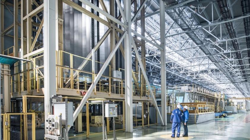 Линия лакирования алюминиевой ленты на «Арконик СМЗ» — единственная в России и одна из лучших в Европе. Этот капитальный проект стоимостью 80 миллионов долларов позволяет выпускать продукцию для всех элементов банки, включая корпус, крышку и открывающий ключик