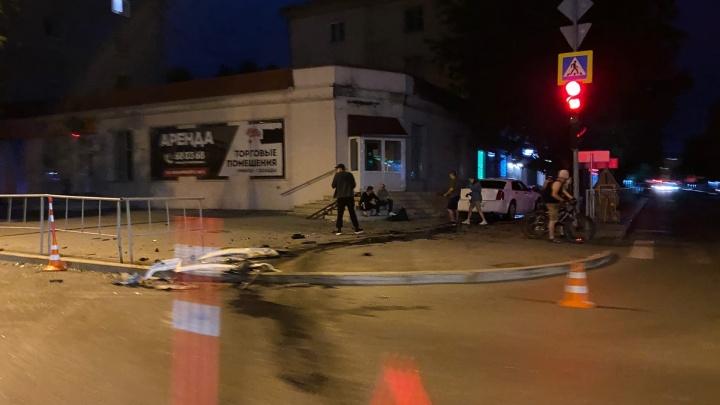 19-летний тюменец без прав, но на Chrysler, попал в ДТП в центре города