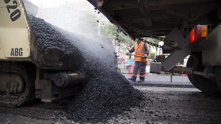 В Сургуте асфальт на дороге укладывают с нарушением технологии. Работу строителей не контролируют