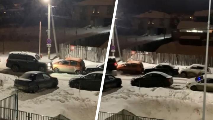 Упорно шел на таран: в Екатеринбурге лихач на внедорожнике «подвинул» три машины во дворе. Видео